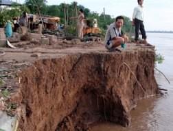 Khai thác cát trái phép là một trong những nguyên nhân gây sạt lở nhiều căn nhà ở xã Long Khánh A (huyện Hồng Ngự). Ảnh: VS