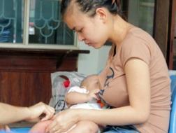 Lao động nữ được nghỉ sinh 6 tháng từ 1/1/2013. Ảnh: Minh Thùy.
