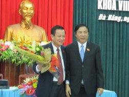 Ông TrầnThọ (trái), tân Chủ tịch HĐND TP Đà Nẵng, được ông Nguyễn Bá Thanh chúc mừng và gửi gắm niềm tin