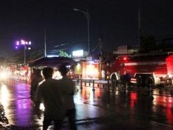 Xe cứu hỏa được điều động đến hiện trường vụ cháy tại công ty may mặc King Star
