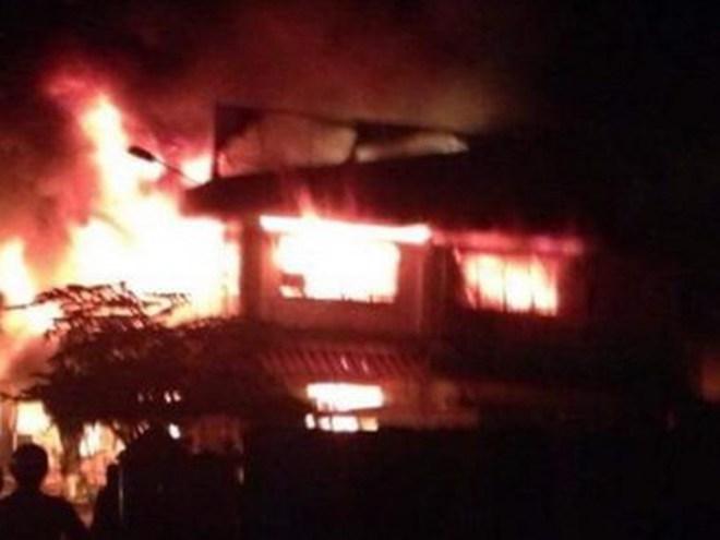 Đồng Tháp: Cháy dữ dội chợ Tam Nông, hơn 10 kiốt bị thiêu rụi