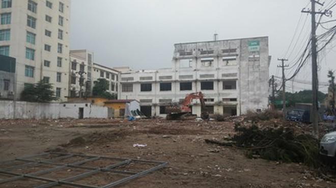 Nhà máy thành cao ốc, công nhân ra đường