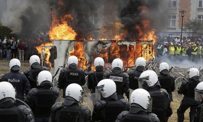 Châu Âu gánh khủng hoảng kép