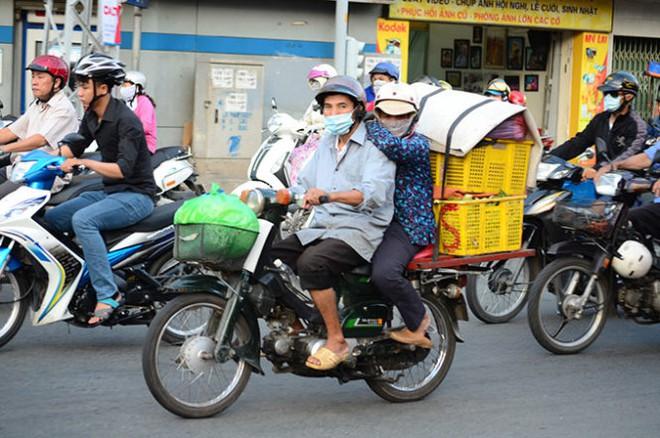 Nên bỏ phí xe máy trên toàn quốc