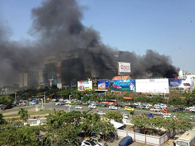 Cháy ở bãi xe gần sân bay Tân Sơn Nhất