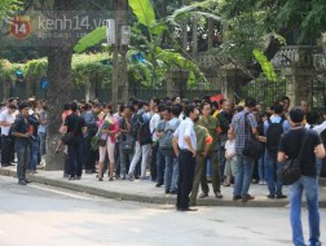Hàng nghìn người dân bắt đầu vào viếng Đại tướng Võ Nguyên Giáp