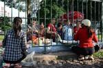 Chợ công nhân sau hàng rào sắt ở Sài Gòn