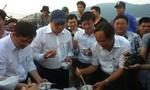 Chủ tịch UBND Đà Nẵng ăn cá nục hấp ngay cảng cá