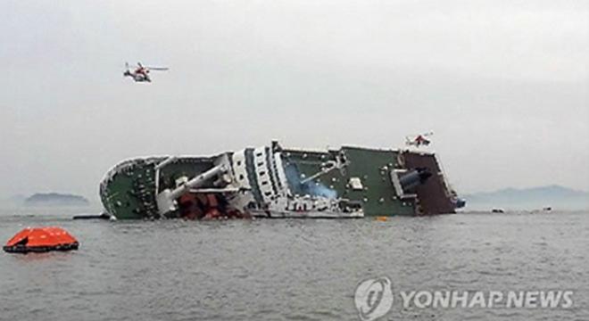 Chiếc tàu đã bị ngập nước và bị chìm - Ảnh: Yonhap