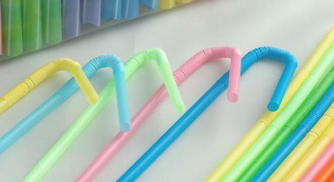 Cận cảnh sản xuất ống hút, thìa nhựa từ... rác thải
