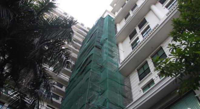 Việc chủ đầu tư tào nhà Pacific Place 83B Lý Thường Kiệt xây dựng ba thang máy tại khu vực sân áp vách tòa thương mại đang vấp phải sự phản đối của cư dân.