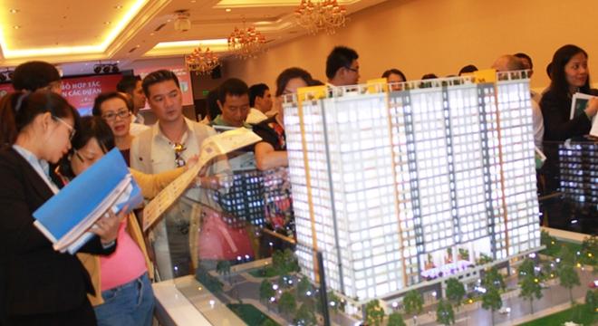 Nhiều người mua nhà tham quan tìm hiểu ba dự án mà Novaland mua lại công bố ngày 23-02-2014