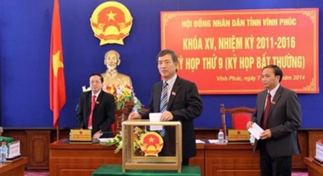 Đại biểu Hội đồng Nhân dân Vĩnh Phúc bỏ phiếu bầu ông Vũ Chí Giang giữ chức Phó chủ tịch UBND tỉnh.