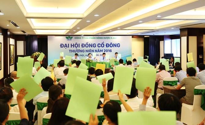 Cổ đông biểu quyết thông qua các nội dung làm việc tại cuộc họp.