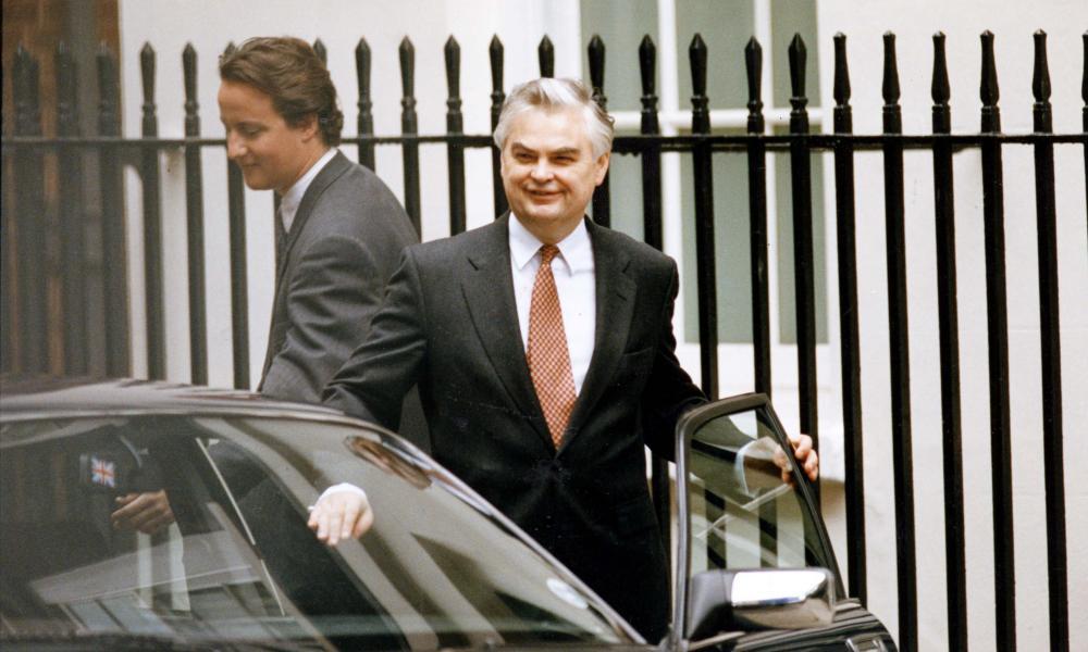 Một trong những hình ảnh nổi tiếng nhất của Cameron là bức ảnh ông sánh bước cùng cựu Bộ trưởng Tài chính Anh Norman Lamont trong ngày thứ 4 đen tối năm 1992, ngày mà đồng bảng vụn vỡ và Anh rời khỏi cơ chế hối đoái châu Âu.