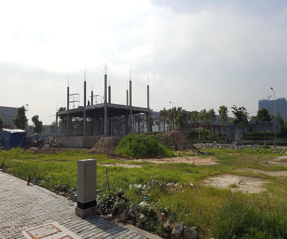 Toàn bộ dự án khu dân cư Him Lam Phú Đông đã được chủ đầu tư hoàn thiện hạ tầng nội bộ, mảng xanh. Đối với khu dự án nhà phố, nhiều khách hàng đã nhận nền và đang xây nhà. Khu chung cư gồm 400 căn đang được đẩy nhanh tốc độ thi công.