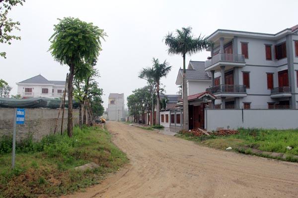 Nhiều mảnh đất chưa được chuyển đổi mục đích sử dụng nhưng chủ đầu tư đã bán cho người dân và đã xây nhà kiến cố. Ảnh: Lương Ý