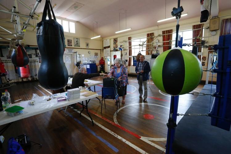 Người dân đến bỏ phiếu tại một câu lạc bộ boxing East Hull Boxing Club ở Kingston-Upon-Hull, miền Bắc England. Ảnh: Getty Images