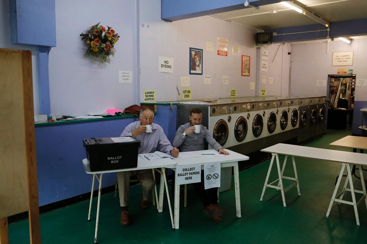 Chủ tịch hội đồng bỏ phiếu cùng thư ký đang uống trà chuẩn bị đến giờ bỏ phiếu trong một tiệm giăt là tại Headington, Oxford. Ảnh: Getty Images