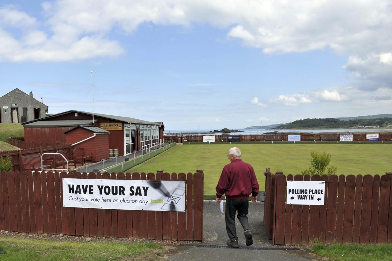 Câu lạc bộ bowling cũng được đặt làm địa điểm bỏ phiếu. Ảnh: Getty