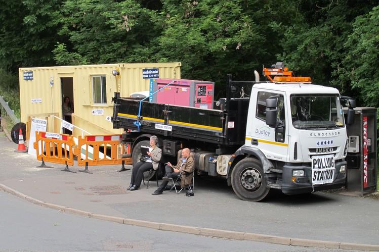 Xe tải được huy động để cung cấp thiết bị phát điện cho một địa điểm bỏ phiếu được đặt trong một chiếc container bên vệ đường. Ảnh: Getty Images