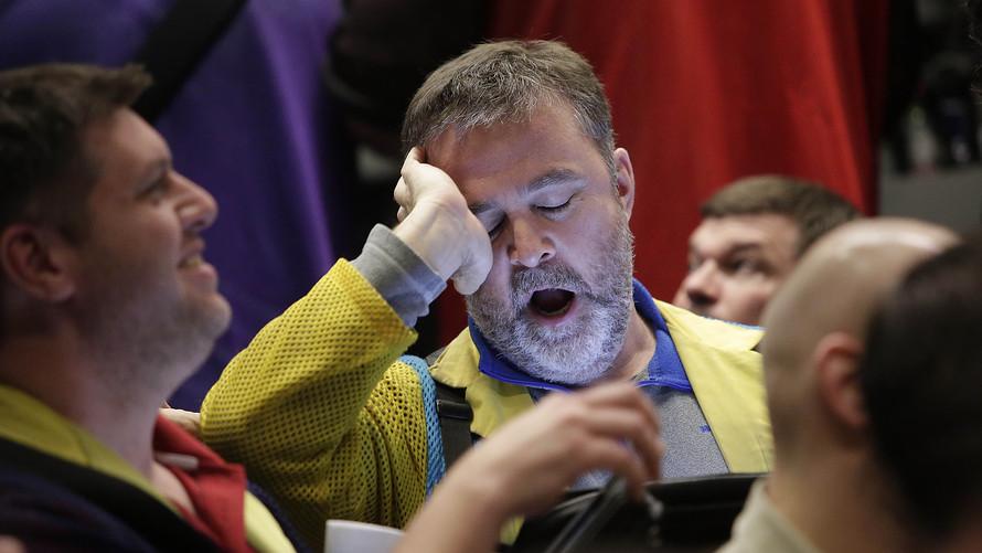 """Vừa mở cửa, Dow Jones """"bốc hơi"""" 500 điểm"""