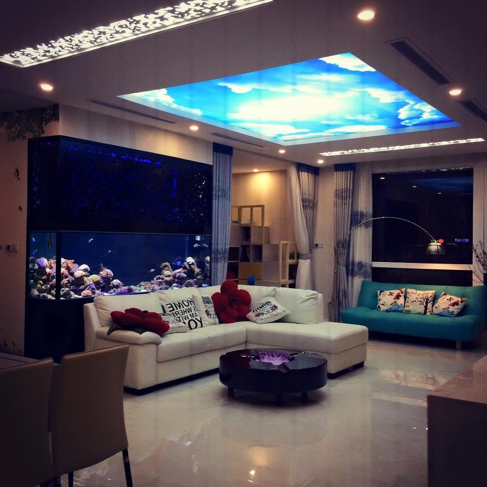 Phòng khách được thiết kế với tấm trần 3D tạo cảm giác gần gũi với thiên nhiên dù đang ở trong nhà.