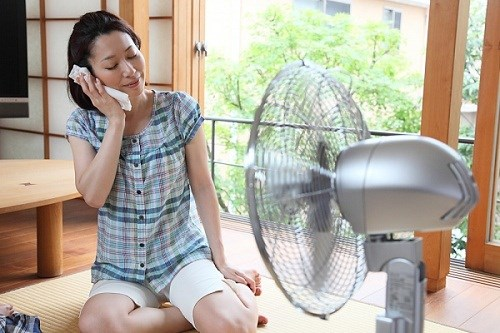 Mở cửa, bật quạt khiến không khí trong nhà càng trở nên nóng hơn.