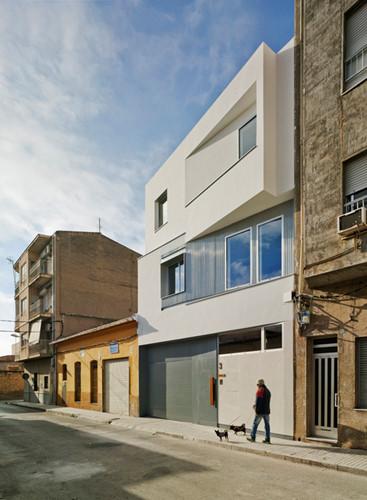 Ngôi nhà nổi bật trên khu phố.