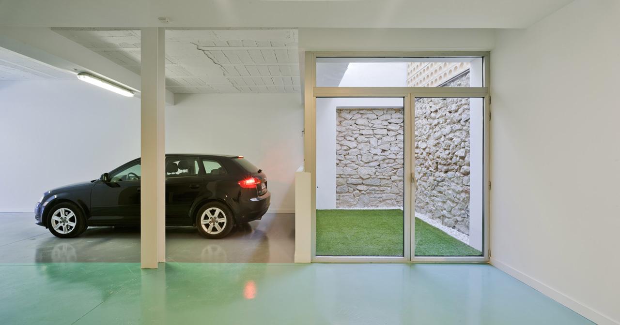 Tầng 1 là khu vực để xe của gia đình.