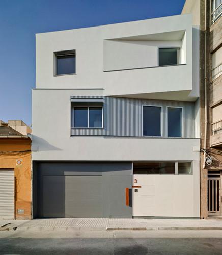 Ngôi nhà được thiết kế góc cạnh cách điệu, đan xen thay vì trông như một khối hộp vuông vắn.