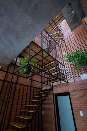 Hệ thống cầu thang của căn nhà được thiết kế vô cùng độc đáo bảo đảm mọi ngóc ngách trong nhà đều nhận được ánh sáng tự nhiên.