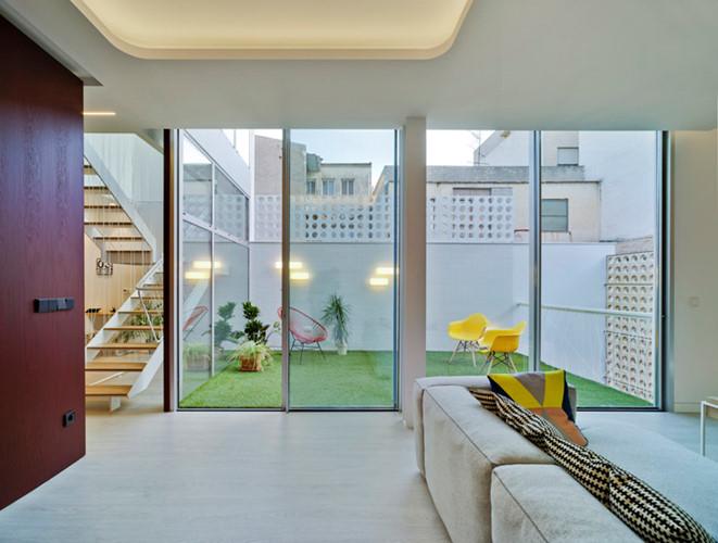 Phòng khách rộng rãi với những đồ nội thất độc đáo, xinh xắn.