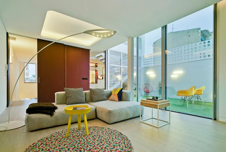 Việc sử dụng những cửa kính lớn giúp ngôi nhà lúc nào cũng tràn ngập ánh sáng tự nhiên.