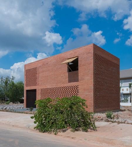 Vì được xây dựng toàn bộ bằng gạch thô nên chi phí cho căn nhà này không lớn.