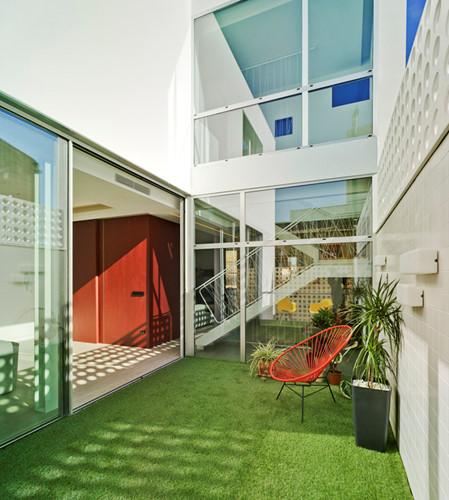 Khoảng sân nhỏ không chỉ đơn thần là nơi vui chơi mà còn là điểm nhấm đẹp mắt cho ngôi nhà.