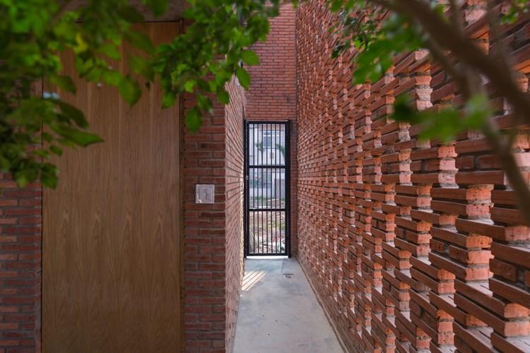 Sân trước và sân sau của ngôi nhà là không gian đệm để giảm sự nóng gắt đến từ môi trường bên ngoài.