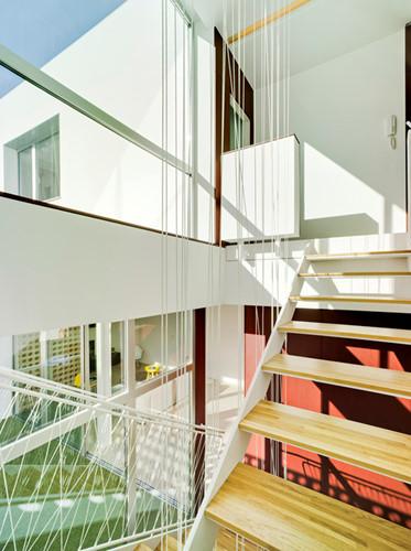 Cầu thang được thiết kế hở để tạo nên một không gian thoáng đãng.
