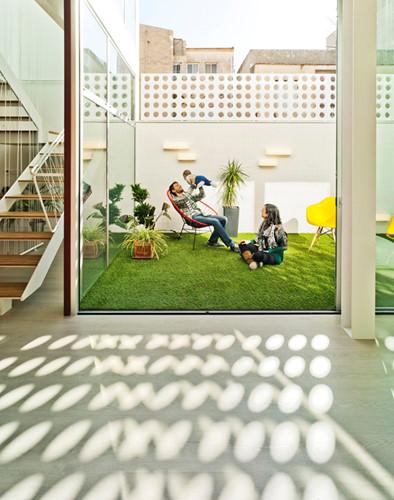 Khoảng sân nhỏ với thảm cỏ xanh mát là nơi lý tưởng để cả gia đình cùng thư giãn.