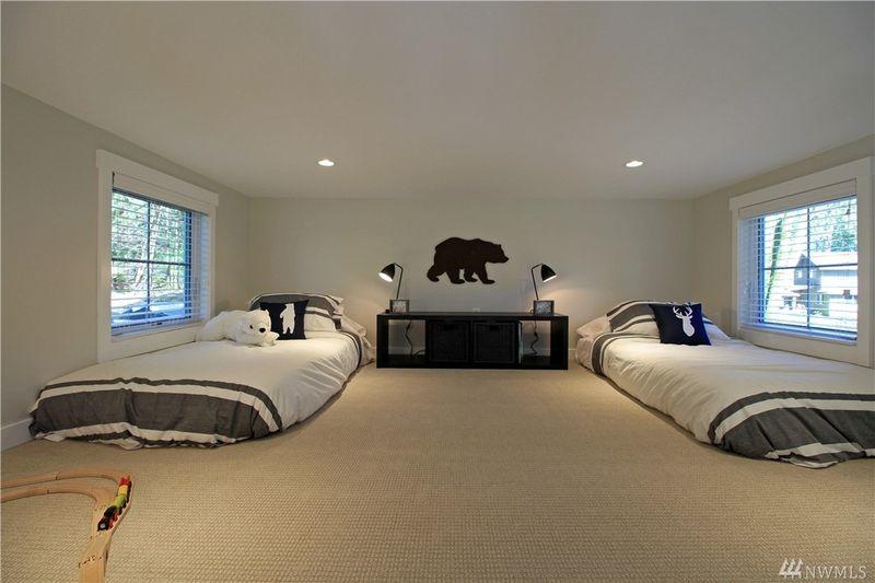 Gác lửng được bố trí thành một phòng ngủ rộng rãi, tiện nghi, đẹp mắt.