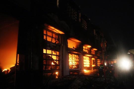 Do khu vực cháy chứa nhiều nguyên vật liệu để sản xuất giày như da, vải…nên ngọn lửa lan nhanh bao trùm toàn bộ nhà xưởng.