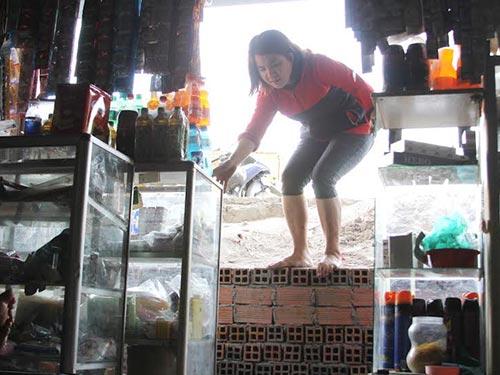 Nhà bà Trần Thị Thanh Hoa thấp hơn mặt đường 1,5 m nên việc đi lại gặp nhiều khó khăn