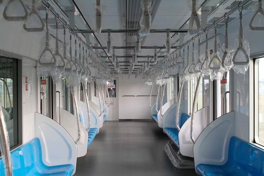 Tương tự như xe buýt, phía trên giữa 2 dãy ghế là tay vịn và móc nắm được lắp đặt trong toa xe để đảm bảo an toàn cho hành khách đứng.