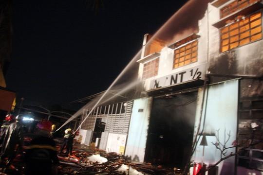Lực lượng cảnh sát PCCC cố gắng khống chế ngọn lửa