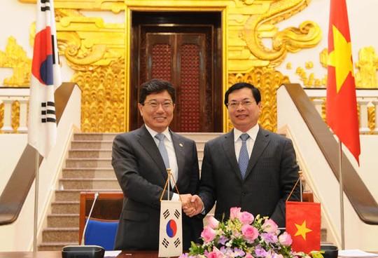 Bộ trưởng Bộ Công Thương Vũ Huy Hoàng và Bộ trưởng Bộ Thương mại, Công nghiệp và Năng lượng Hàn Quốc Yoon Sang-jick đã ký kết chính thức Hiệp định thương mại tự do Việt Nam - Hàn Quốc (VKFTA)