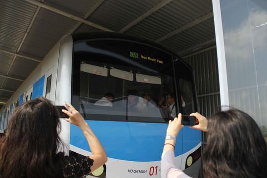 Mô hình đầu tàu metro tuyến số 1 (Bến Thành - Suối Tiên) với phần đầu máy được bo tròn về phía dưới, có màu xanh da trờ
