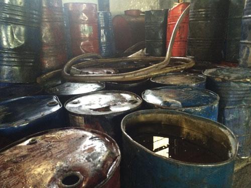 Các thùng mỡ bẩn tại Công ty TNHH Phương Liên
