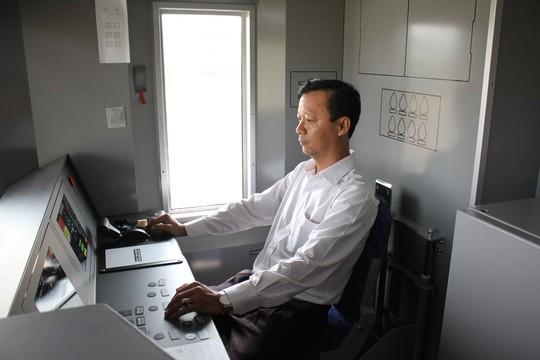 Buồng lái được bố trí ở hai đầu đoàn tàu, rộng bằng chiều rộng toa xe và kín hoàn toàn, có cửa ngăn cách với khu vực của hành khách. Tài xế trên tàu có thể quan sát hành khách thông qua camera để xử lý các tình huống xấu.