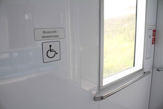 Trên toa tàu có chỗ ngồi riêng cho người khuyết tật