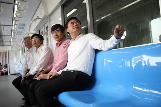 Trong các toa sẽ có ghế ngồi bằng nhựa (được gia cường bằng sợi thủy tinh) lắp dọc theo thành xe, chế tạo bằng nhựa gia cường sợi thủy tinh